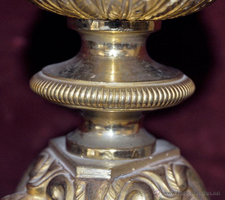 Antigüedades: MAGISTRAL CANDELERO EN LATÓN REPUJADO DE FINALES DEL SIGLO XIX. 58 CM. DE ALTURA - Foto 20 - 44073199