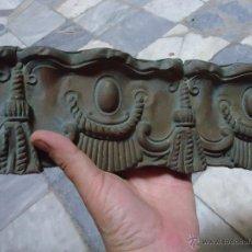 Antigüedades: PRECIOSA CORNISA CORTINERO DE IGLESIA METAL REPUJADO Y MADERA 130 X 10 CM IDEAL VIRGEN. Lote 44111327