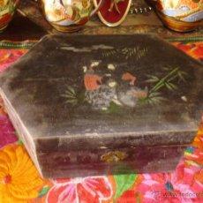 Antigüedades: ANTIGUA CAJA DE MADERA CON ESPEJO Y CERRADURA DECORADA. Lote 44180343