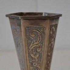 Antigüedades: ANTIGUO JARRON FLORERO * METAL LABRADO. Lote 44205265