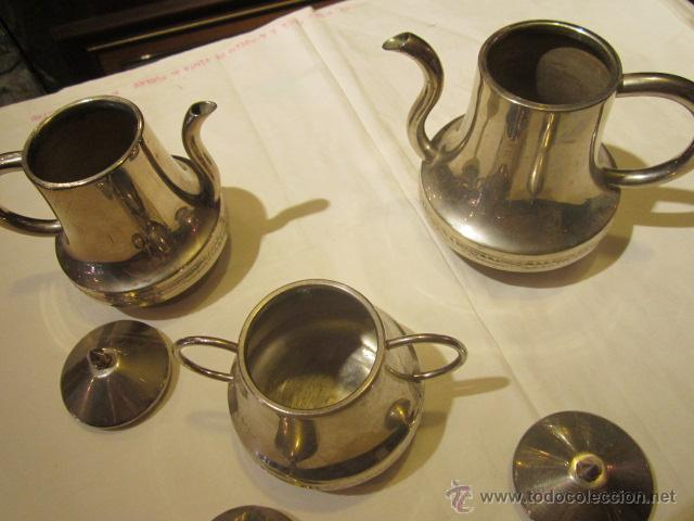Antigüedades: Antiguo Juego de tetera, lechera y azucarero, en metal plateado. Altura tetera sin tapa 13 cms. - Foto 2 - 101346694