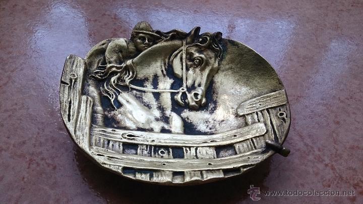 Antigüedades: Antiguo vaciabolsillos en bronce macizo con caballo y jinete cincelado ( años 20/30 ) . - Foto 2 - 44219764