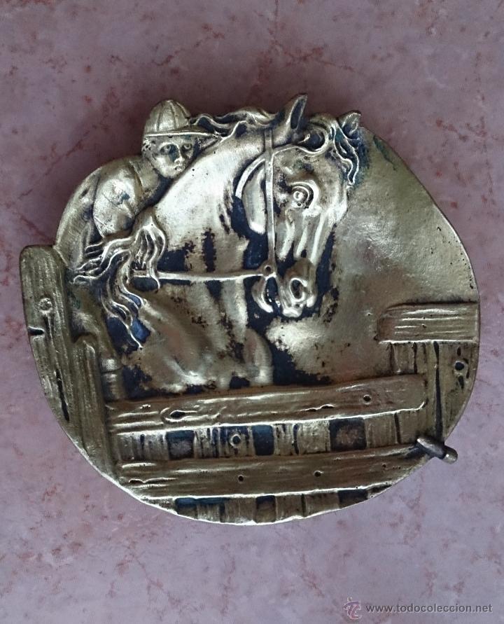 Antigüedades: Antiguo vaciabolsillos en bronce macizo con caballo y jinete cincelado ( años 20/30 ) . - Foto 3 - 44219764