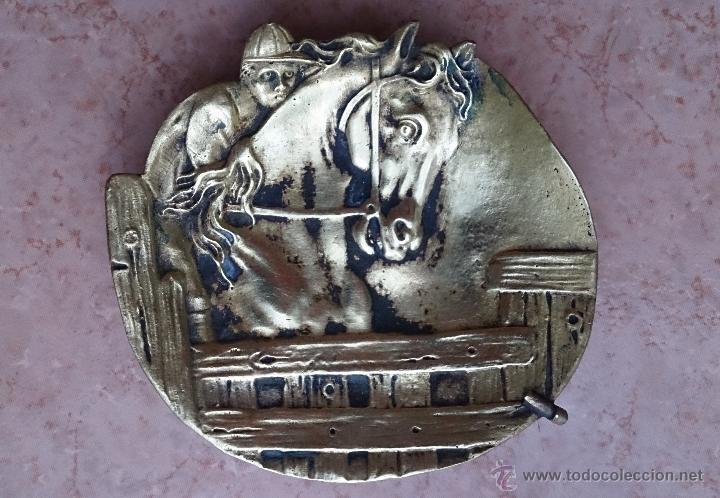 Antigüedades: Antiguo vaciabolsillos en bronce macizo con caballo y jinete cincelado ( años 20/30 ) . - Foto 5 - 44219764