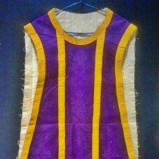Antigüedades: CASULLA DE SEDA MORADA CON GALÓN AMARILLO.. Lote 44247487