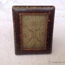 Antigüedades: MARQUITO PORTARRETRATOS DE PIEL GRABADA.. Lote 44285592