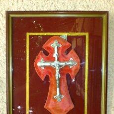 Antigüedades: CRUCIFIJO PRESENTADO EN MARCO CON BASE DE CRISTAL. Lote 44332881