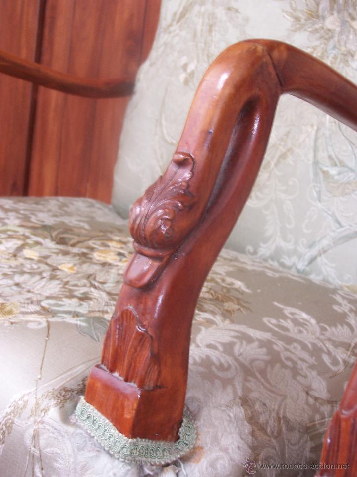 Antigüedades: Sillón de dormitorio (descalzador). Con reposa brazos con forma de cabeza de cisne. Modernista. - Foto 3 - 44333871