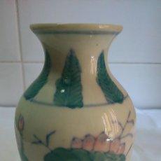 Antigüedades: JARRÓN DE PORCELANA. PINTADO A MANO. . Lote 44343953