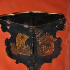 Antigüedades: REPISA ESQUINERA PLEGABLE JAPONESA DEL XIX LACADA CON RAROS MOTIVOS DE BARCOS. Lote 44374182