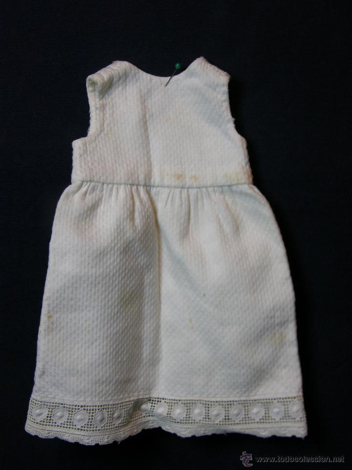 Antigüedades: vestido de muñeco muñeca piqué afelpado puntilla bolillos ppios s XX 25x19cms - Foto 2 - 44374549