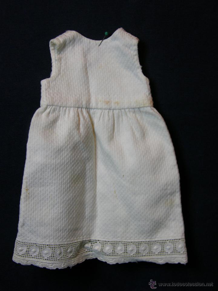 Antigüedades: vestido de muñeco muñeca piqué afelpado puntilla bolillos ppios s XX 25x19cms - Foto 3 - 44374549