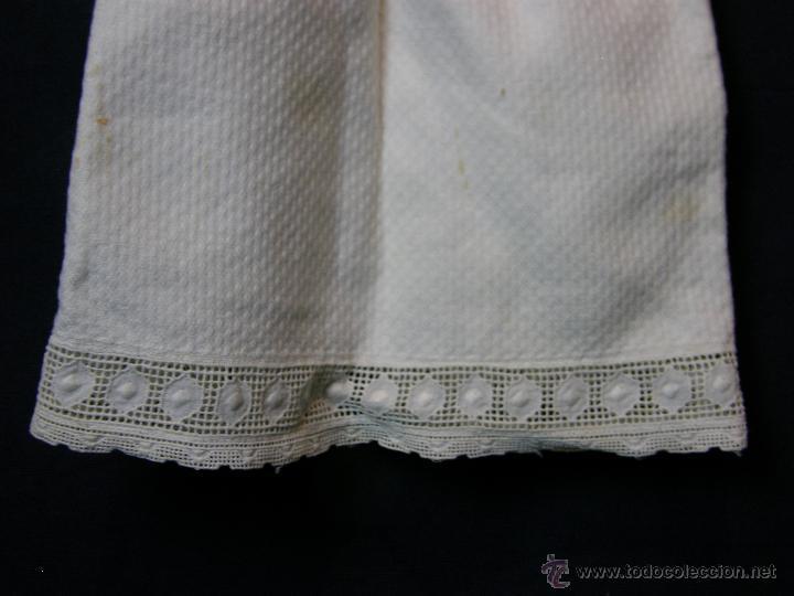 Antigüedades: vestido de muñeco muñeca piqué afelpado puntilla bolillos ppios s XX 25x19cms - Foto 4 - 44374549