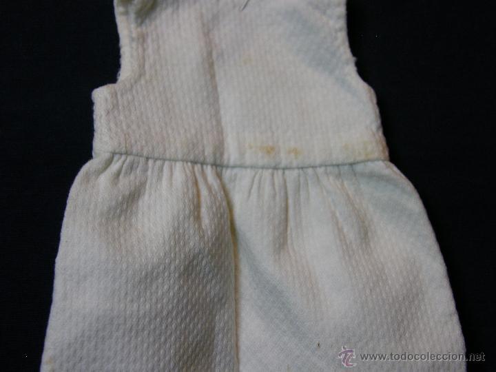 Antigüedades: vestido de muñeco muñeca piqué afelpado puntilla bolillos ppios s XX 25x19cms - Foto 5 - 44374549