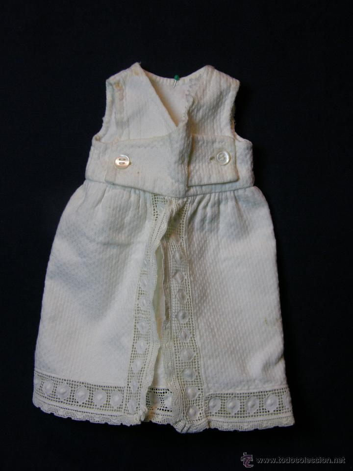 Antigüedades: vestido de muñeco muñeca piqué afelpado puntilla bolillos ppios s XX 25x19cms - Foto 6 - 44374549