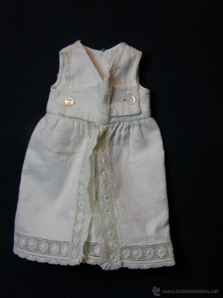 Antigüedades: vestido de muñeco muñeca piqué afelpado puntilla bolillos ppios s XX 25x19cms - Foto 7 - 44374549