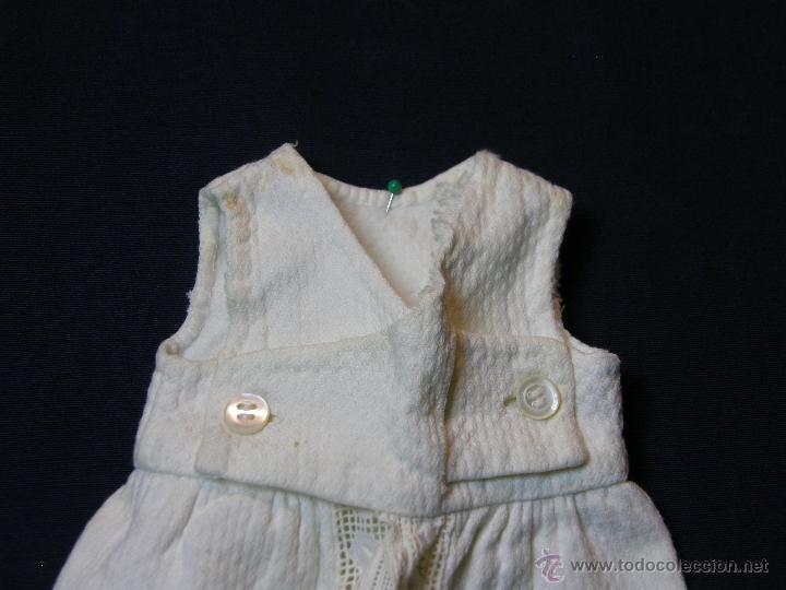 Antigüedades: vestido de muñeco muñeca piqué afelpado puntilla bolillos ppios s XX 25x19cms - Foto 9 - 44374549