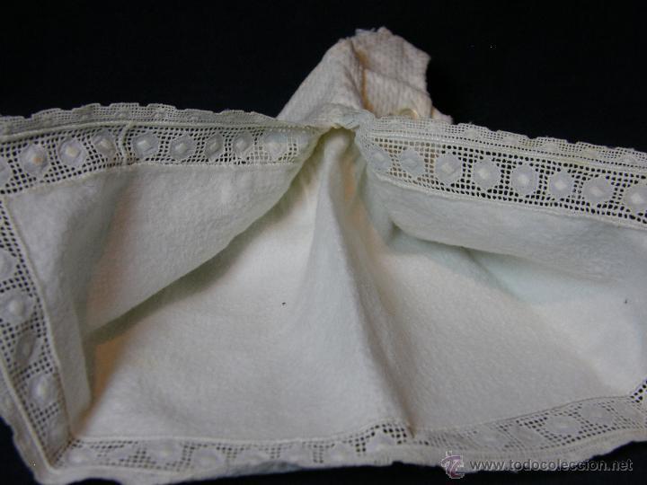 Antigüedades: vestido de muñeco muñeca piqué afelpado puntilla bolillos ppios s XX 25x19cms - Foto 10 - 44374549