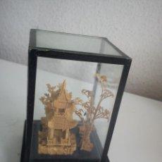 Antigüedades: VITRINA DE COLECION TALLADA A MANO HECHA DE CORCHO ANOS 80 IMAGEM ORIENTAL,MAD CHINE. Lote 44379155