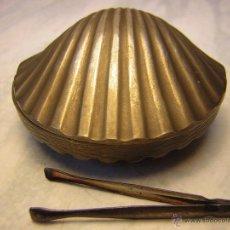 Antigüedades: ANTIGUA CAJITA PASTILLERO CON FORMA DE CONCHA EN METAL CON PINZAS DE PLATA. Lote 44387948