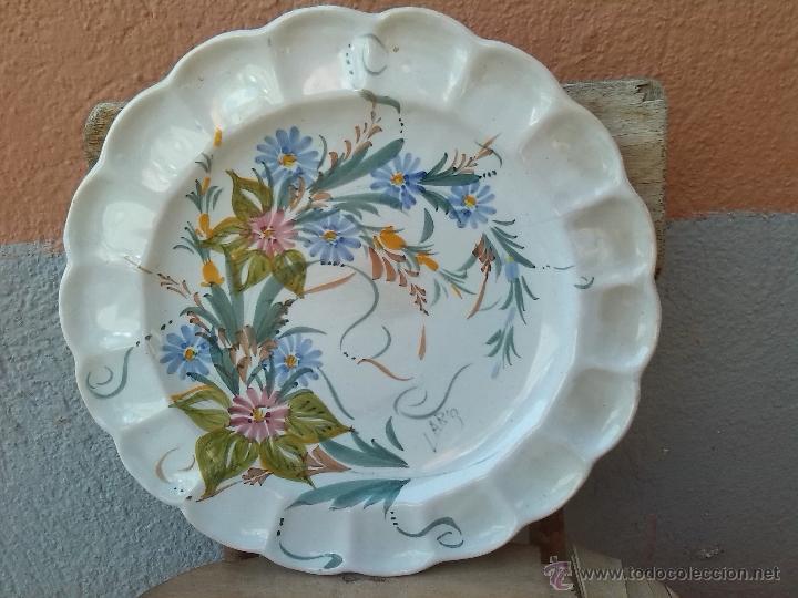 ANTIGUO PLATO PINTADO A MANO Y FIRMADO LARIO. (Antigüedades - Porcelanas y Cerámicas - Lario)