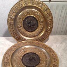 Antigüedades: PAREJA DE ANTIGUOS PLATOS DE BRONCE. Lote 44394791