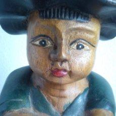 Antigüedades: ANTIGUA ESCULTURA EL NINO PIENSANDO .HECHA DE MADERA PINTADA A MANO . Lote 44420904