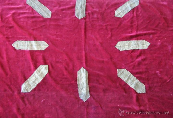 Antigüedades: ANTIGUO CUBRE ALTAR IGLESIA DE 270 X 139 CM EN TERCIOPELO CON ADORNOS - Foto 2 - 104569348