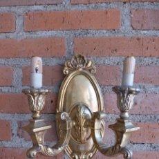 Antigüedades: APLIQUE DE PARED DE DOS BRAZOS DE BRONCE. Lote 44448846