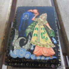 Antigüedades: BONITA CAJA EN PAPEL MACHE CON DECORACION DE DIOSA CON TRES PECHOS PINTADA Y FIRMADA. Lote 44457506