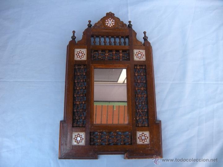 PEQUEÑO ESPEJO CON TORNEADOS Y TARACEA (Antigüedades - Muebles Antiguos - Espejos Antiguos)