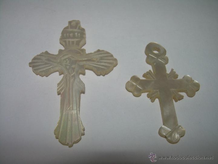 ANTIGUAS CRUCES MEDALLAS TALLADAS EN NACAR O MADREPERLA. (Antigüedades - Religiosas - Medallas Antiguas)