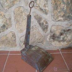 Antigüedades: RECOGEDOR DE CHAPA ABATIBLE. Lote 44661384