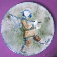 Antigüedades: CAZADOR DE REGRESO PLATO CERAMICA CATALANA FIRMADO VILA CLARA. Lote 44721919