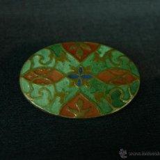 Antigüedades: CHAPA PIN OVALADA ESMALTE CLOISONNE SOBRE SOPORTE DE LATÓN TROQUELADO ROJO VERDE AZUL PPIOS XX. Lote 44769298