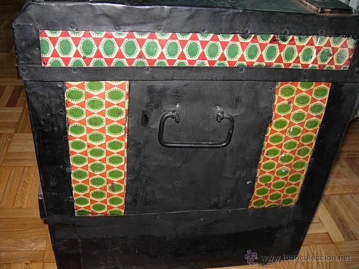 Antigüedades: Baúl, cofre, arcón antiguo, de madera forrado de chapa decorada con diseños en color verde y rojo - Foto 3 - 44783892
