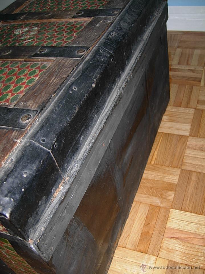 Antigüedades: Baúl, cofre, arcón antiguo, de madera forrado de chapa decorada con diseños en color verde y rojo - Foto 4 - 44783892