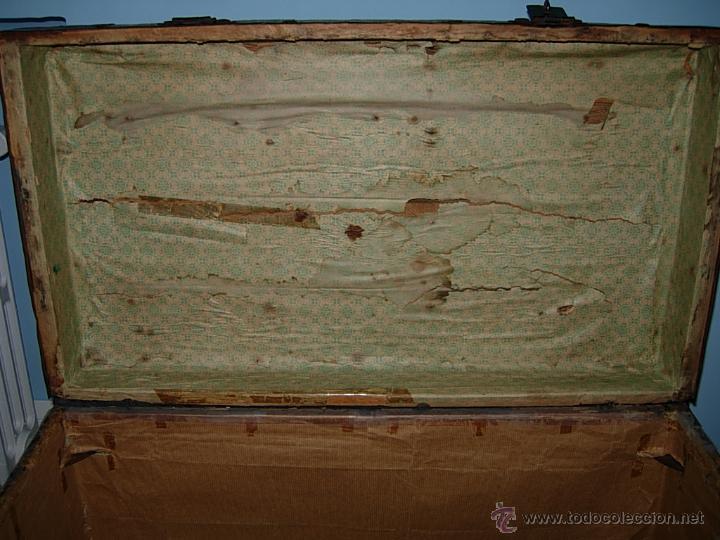 Antigüedades: Baúl, cofre, arcón antiguo, de madera forrado de chapa decorada con diseños en color verde y rojo - Foto 6 - 44783892