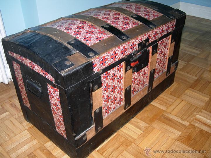 3fd8c794d Baúl, cofre, arcón antiguo, de madera forrado de chapa en bajorrelieve  decorada con diseños en color