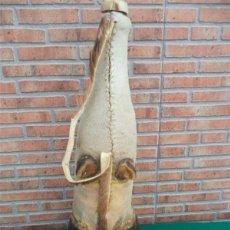 Antigüedades: BOTELLA FORRADA DE PEZUÑA DE VACA AÑOS 30. Lote 44806305