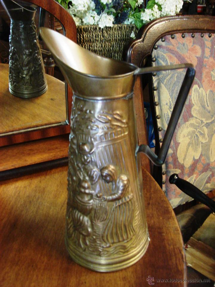 Antigüedades: ELABORADA JARRA DE LATÓN INGLESA CON DIBUJO TALLADO EN RELIEVE - Foto 3 - 209609875