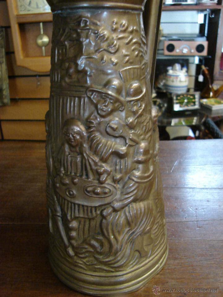 Antigüedades: ELABORADA JARRA DE LATÓN INGLESA CON DIBUJO TALLADO EN RELIEVE - Foto 4 - 209609875