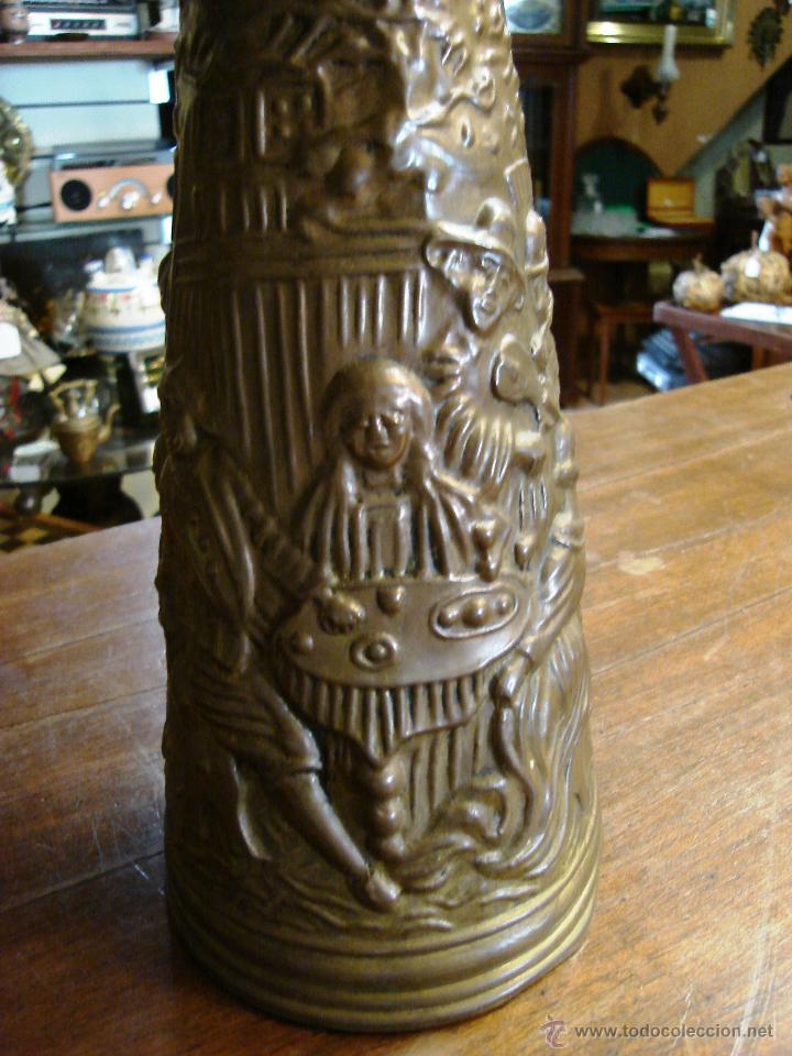 Antigüedades: ELABORADA JARRA DE LATÓN INGLESA CON DIBUJO TALLADO EN RELIEVE - Foto 7 - 209609875