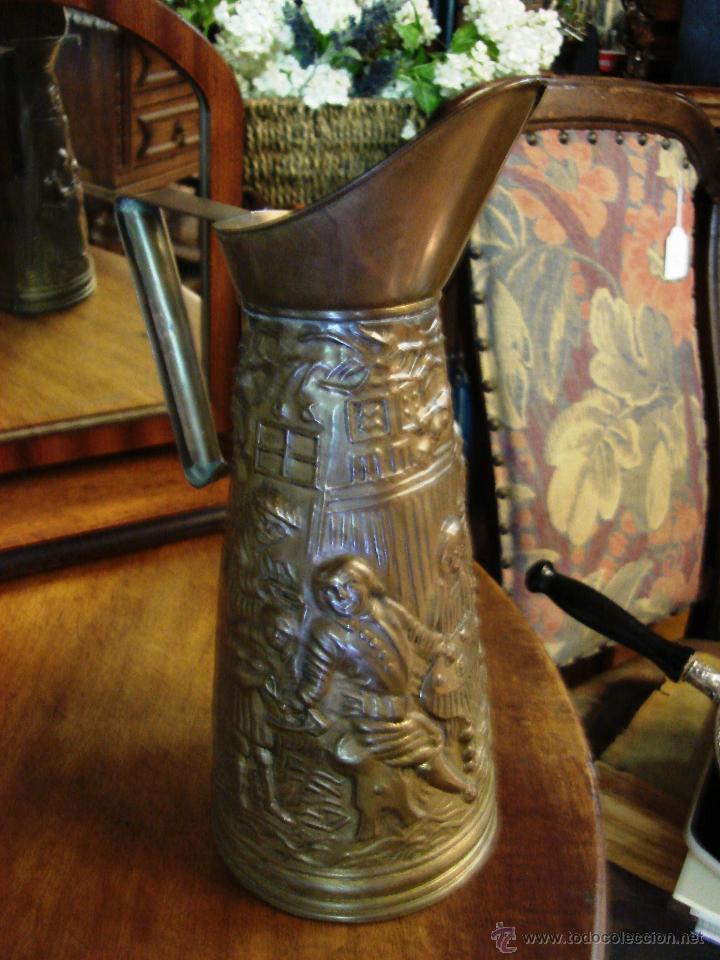 Antigüedades: ELABORADA JARRA DE LATÓN INGLESA CON DIBUJO TALLADO EN RELIEVE - Foto 8 - 209609875