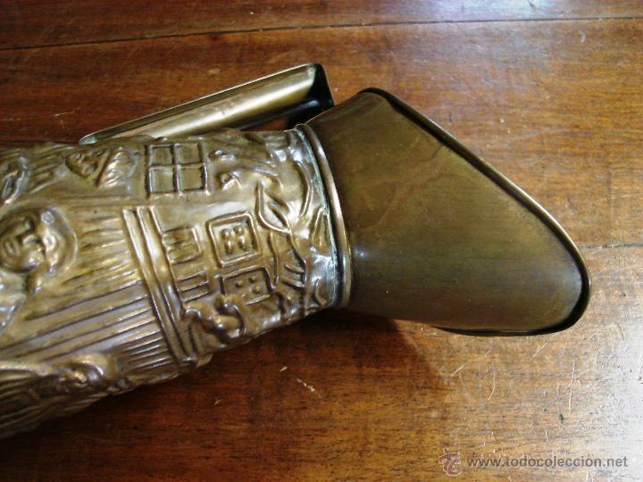 Antigüedades: ELABORADA JARRA DE LATÓN INGLESA CON DIBUJO TALLADO EN RELIEVE - Foto 9 - 209609875
