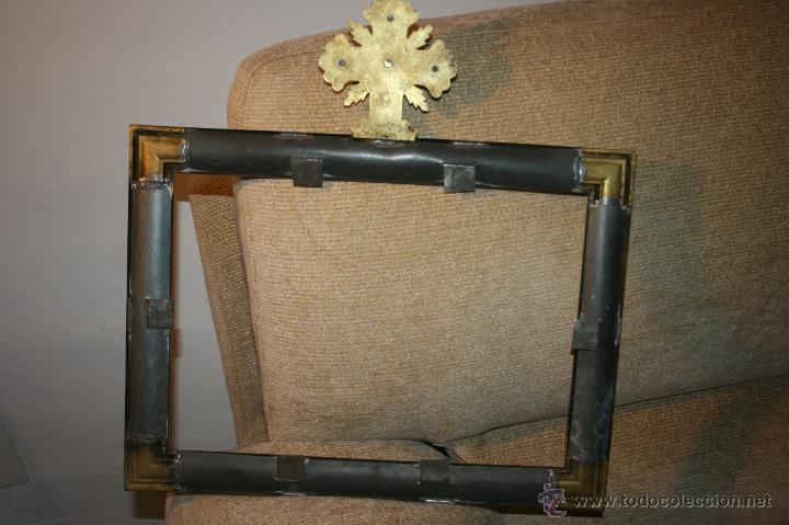 Antigüedades: Antigua sacra religiosa en metal dorado. Cruz agnus. Ligeras manchas de óxido. - Foto 4 - 44841405