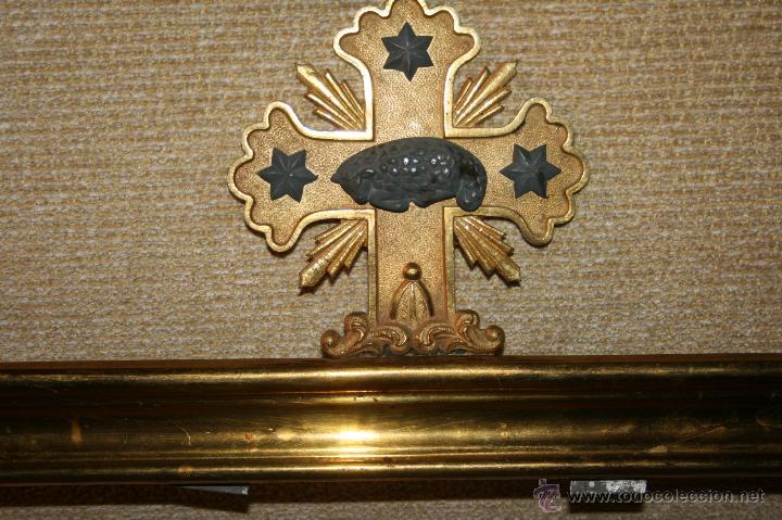 Antigüedades: Antigua sacra religiosa en metal dorado. Cruz agnus. Ligeras manchas de óxido. - Foto 6 - 44841405