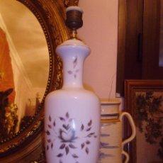 Antigüedades: ANTIGUA LAMPARA DE SOBREMESA EN OPALINA BLANCA CON ADORNOS DORADOS. Lote 44848368