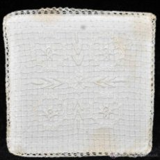 Antigüedades: ANTIGUA PALIA O CUBRE CÁLIZ EN ROPA DE LINO CON DECORACIONES BORDADAS A MANO. CIRCA 1900. Lote 44985311
