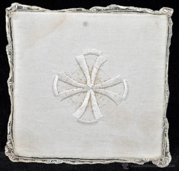 ANTIGUA PALIA O CUBRE CÁLIZ EN ROPA DE LINO CON DECORACIONES BORDADAS A MANO. CIRCA 1900 (Antigüedades - Religiosas - Artículos Religiosos para Liturgias Antiguas)
